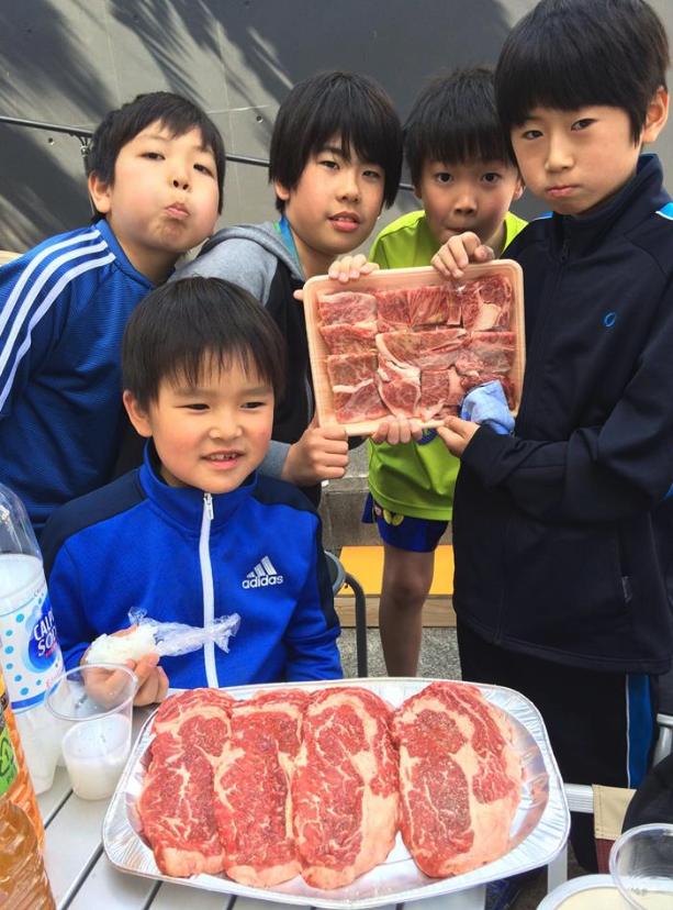 卓球どれだけやっても、食べ切れない大量の肉・・・