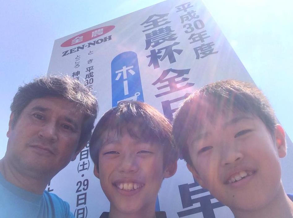 全日本卓球ホカバの初日 眩しい日差しを浴びた記念写真