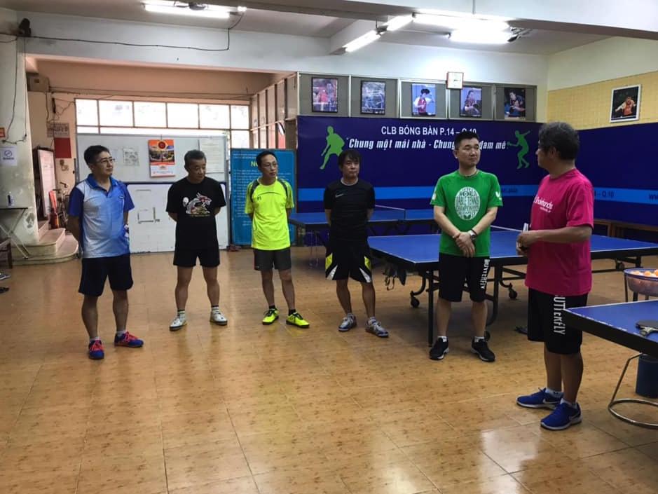 ベトナム在住の日本人の卓球愛好者や ベトナムの指導者が集まっていました