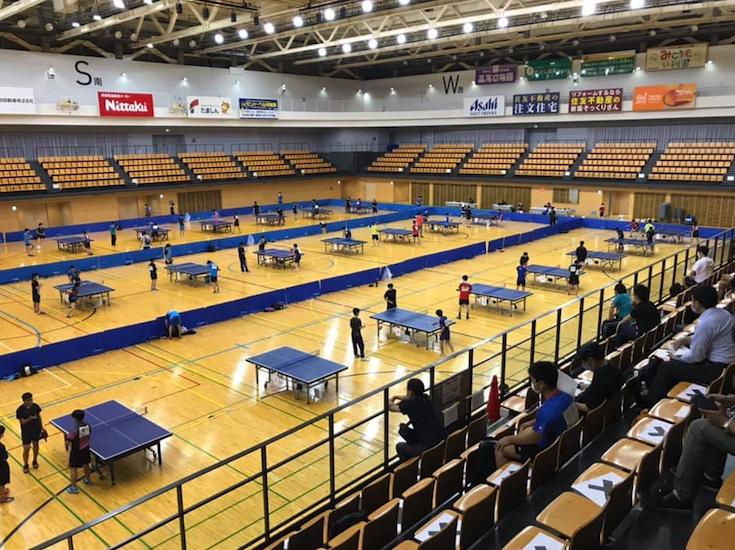 東京都全日本ジュニア男子予選。負けた選手は卓球台を消毒の台拭き